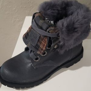 Bear paw boots size 7. Never worn